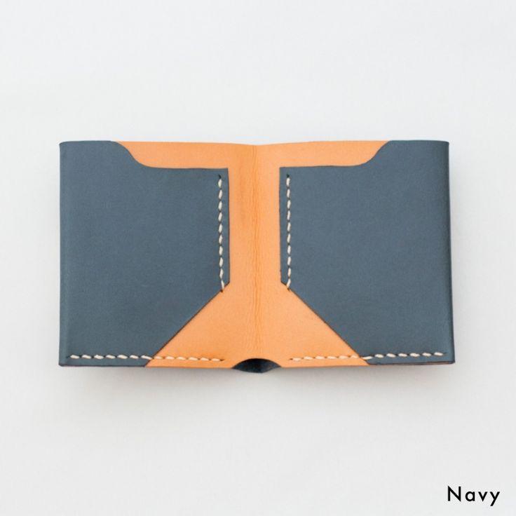 スリムな二つ折り財布。ナチュラルな質感の革を使ってハンドメイドしています。シンプルなデザインなのでメンズ・レディースお使いいただけます。名入れや糸色のカスタマイズも可能です。