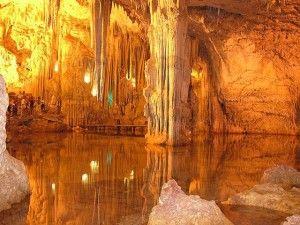 Le Grotte di Nettuno sono tra le più famose della Sardegna, si trovano a 24 km dalla città di Alghero, situate all'interno di Capo Caccia. #Alghero, #Sardegna #grotte
