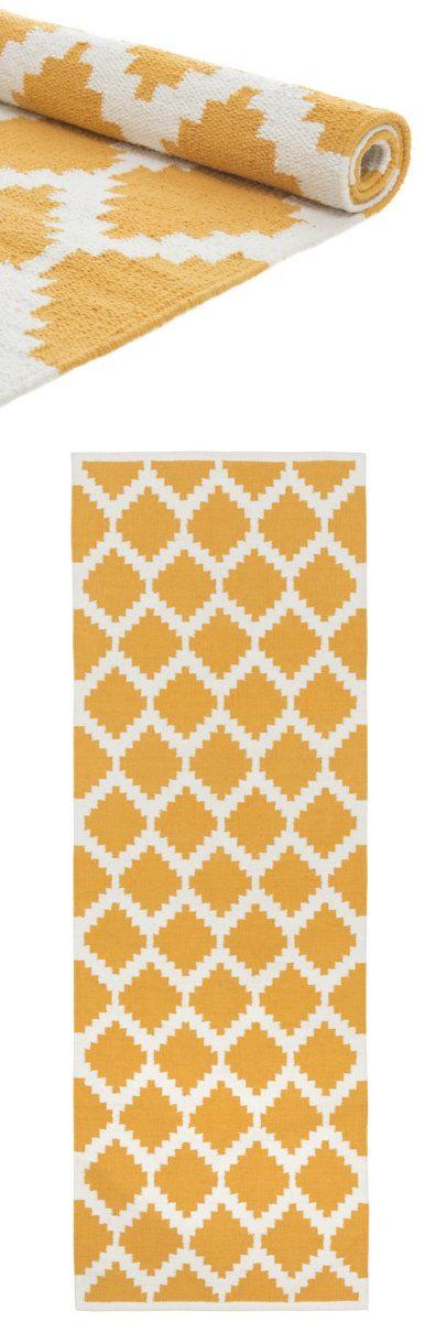 Feine Baumwolle trifft bei unserem Läufer Satara auf ein intensives geometrisches Rautenmuster. Liebevoll von Hand verarbeitet begeistert die Kollektion mit ihrer dynamischen Leichtigkeit. Ob als Blickfang in Wohnräumen oder als Frischekick im Flur, der modern graphische Stil überzeugt.