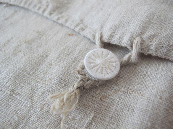 Hochwertige Bettwäsche aus Leinen sollte stets mit Waescheknöpfen gearbeitet sein. So auch unser Schlitzer Leinen.