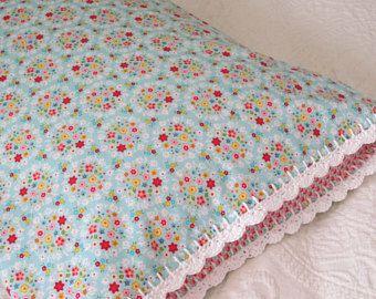 Funda de almohada de ramilletes azules con ribetes de ganchillo