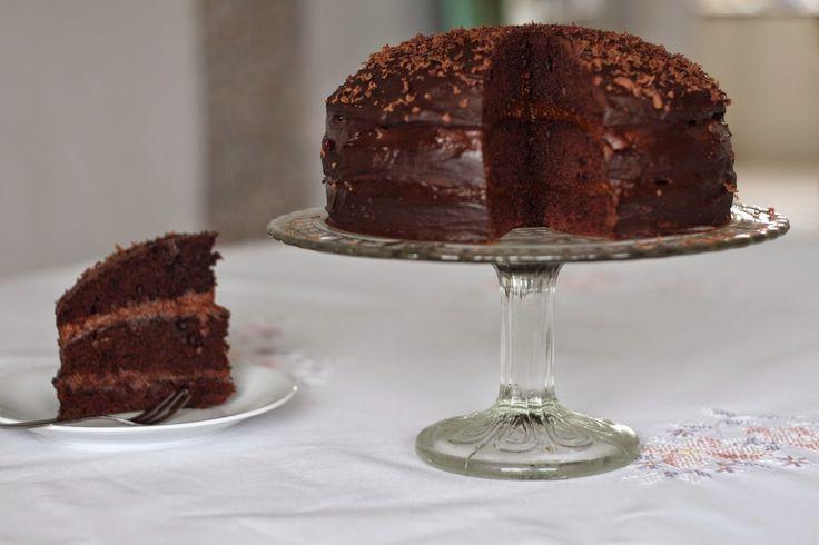 Wegański tort czekoladowy przekładany masą czekoladowo - orzechową na bazie marchewki