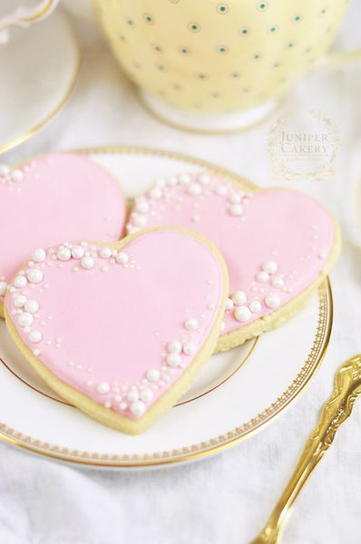 Diamonds may be a girl's best friend, but pearls definitely come in at a close second. These fifteen pearl-inspired cookies below are some of our favorites, ranging from extravagant to subtly sweet...