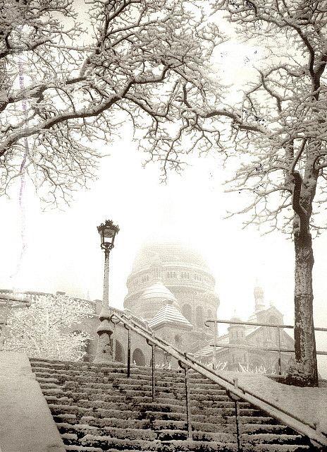 France - Paris, Montmartre, L'ascenseur dans. Le neige Il neige plus que tout est permis à la escaliers haute.