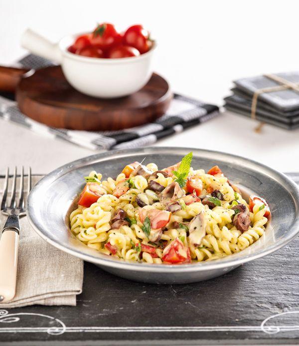 Μια πολύ χορταστική σαλάτα με βίδες, λαχανικά και αντζούγιες που μπορεί να γίνει και ένα ελαφρύ κυρίως πιάτο. Αντί για βίδες μπορείτε να χρησιμοποιήσετε άλλα ζυμαρικά, όπως πολύχρωμες πέννες, αχιβάδες ή κοφτό μακαρονάκι. #σαλάτα #μακαρόνια #ζυμαρικά #μακαρονοσαλάτα