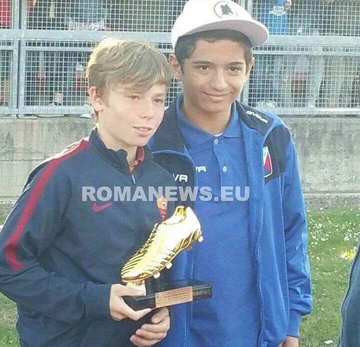 Cristian Totti, figlio di Francesco Totti, ha vinto il Golden Boot nel torneo Memorial Mariotti per la gioventù di Roma. Ha segnato 8 gol. (Photo found    RomaNews.eu Twitter feed)
