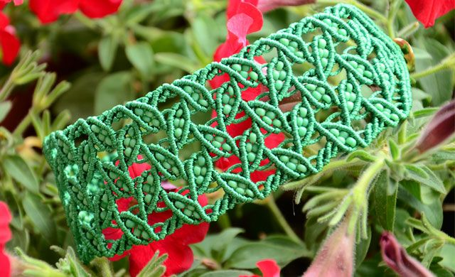 Leaf Bracelet with Beads. Awesome Tutorial. Must try this sometime. It looks slightly faster than stitches like peyote bead weaving.