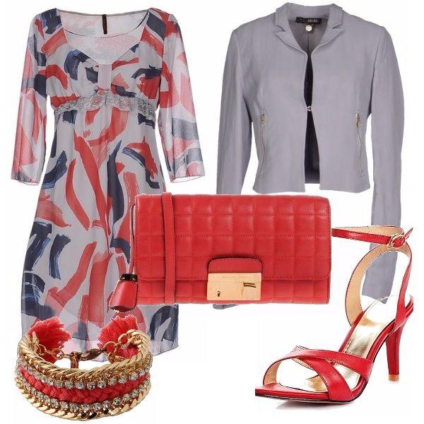 Outfit da giorno per il ritorno in ufficio: vestitino grigio con pennellate rosse e blu, giacchina grigia e accessori rossi, per dare un tocco di vitalità alloutfit. Che ne dite?