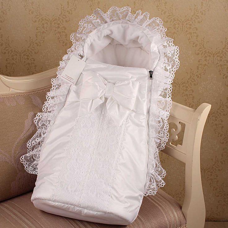 Теплый конверт для новорожденного  'Снежная королева ' Mimino. Нарядный зимний конверт для девочки выполнен в белом цвете с красивым бантом. Конверт станет идеальным на выписку ребенка из роддома. В дальнейшем можно носить на прогулки с колясочкой. Современный дизайн и удобный фасон. Украшением конверта служит ажурная вставка и рюшики на ободочке. Оче
