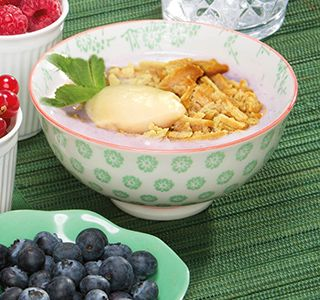 Pure verwennerij, deze bosvruchten-vanilledroom! De combinatie van bosvruchten, kwark, koekjes en vanillepudding is echt hemels!
