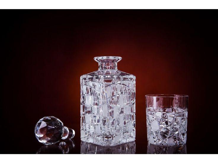 Táto ručne brúsená krištáľová sada bude v sebe uchovávať lahodnú vôňu a chuť destilátu. Pripravili sme ju pre vás na vaše osobné použitie, alebo ako vhodný darček pre mužov či ženy, ale hlavne milovníkov whisky/whiskey kultúry. Škótska whisky alebo írska whiskey, bude nielen lahodne chutiť, ale aj luxusne vyzerať.   Objem krištáľovej fľaše na whisky/whiskey: 800ml Objem krištáľového pohára na whisky/whiskey: 300ml Vzor brusu: Ares, 500 Materiál: 24 % olovnaté sklo Vyrobené na Slovensku
