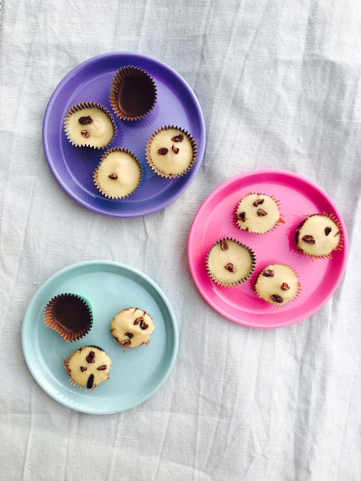 Helt sukkerfrie chokoladelækkerier med mandelsmør og knas. Find opskriften her: