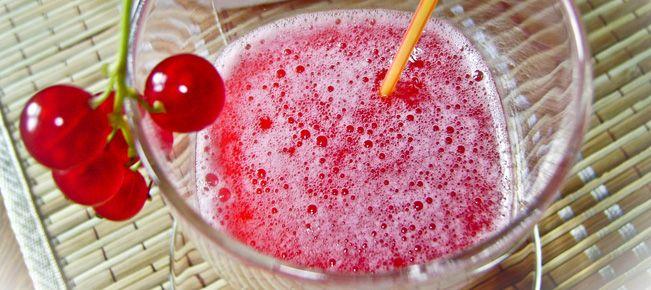 Квас ягодный ==========================  Ягодные квасы без добавления ржаных сухарей или муки,  на прессованных или сухих дрожжах - это лёгкие во всех отношениях домашние холодные напитки, которые могут стать изюминкой вашего летнего меню. Рецепт и нюансы.