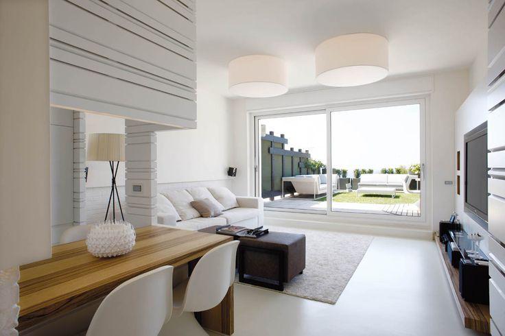 """CASA PINA Bianco e molto luminoso, ecco come tutti si immaginano un appartamento al mare. Così è anche """"Casa Pina"""" in cui resina, pareti e boiserie bianche fanno risaltare il frakè, legno con numerosi contrasti di vene chiare e scure, utilizza"""