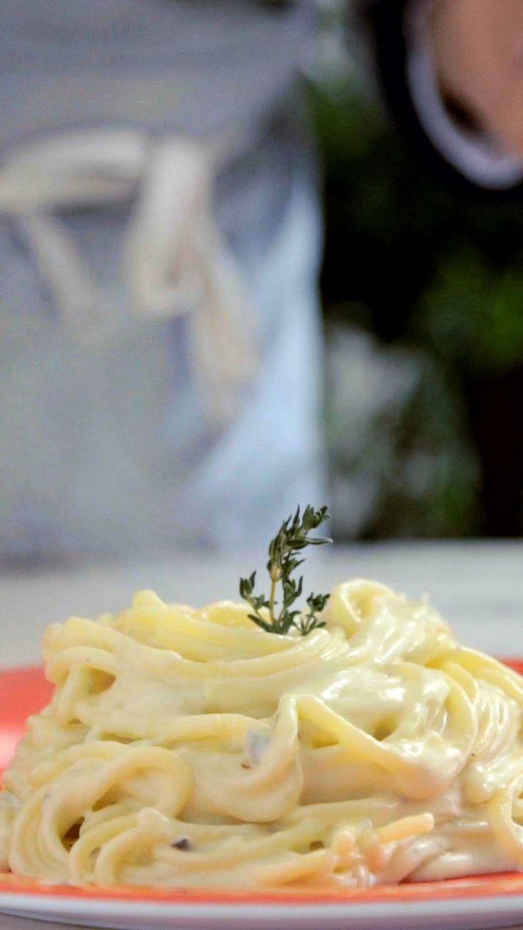 Receita prática, fácil e deliciosa de macarrão 4 queijos em uma panela só.