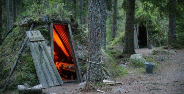 Kolarbyn Forest Hut (Skinnskatteberg, Suède) L'expérience nature à l'état brut : dormez dans une petite cabane en bois, au milieu de la forêt, sans électricité.