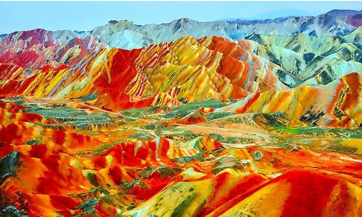 Montanhas Arco-Iris - China - Estas formações rochosas situadas no Parque Nacional Zhangye Danxia são o resultado da exposição de várias camadas de terra e arenito que ficaram expostas ao longo dos últimos 24 milhões de anos.