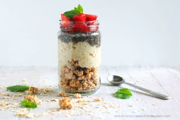 Crunchy Porridge: con granola e semi di chia. Porridge, oatmeal, ovvero colazioni che fanno bene