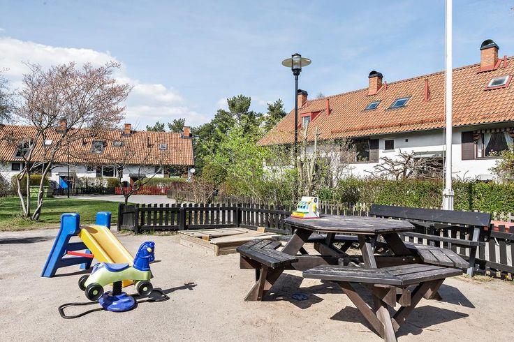 I området finns flera fina lekplatser
