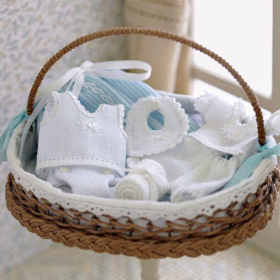 Canastilla con ropa de bebé en miniatura, escala 1:12