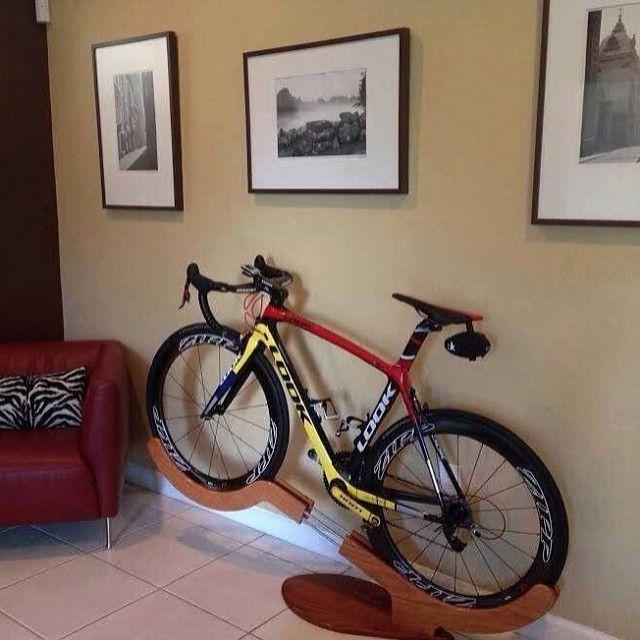 Um belíssimo suporte para bikes, dessa forma sua mulher não irá reclamar da bicicleta ficar na sala…