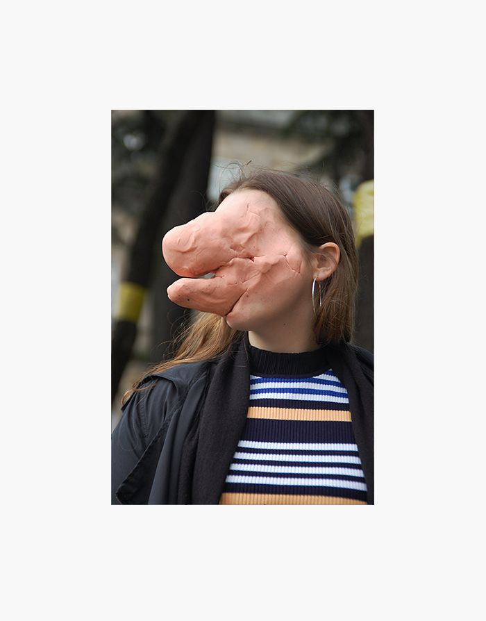 Ces visages étranges sont réalisés avec un montage entre des portraits et une image de visage au regard vide et aux traits grossiers, taillé dans de la pâte à modeler. Le photographe portugais Tomba Lobos les réalise en se promenant avec une masse de pâte à modeler play-doh couleur chair (caucasienne). Il la modèle en …