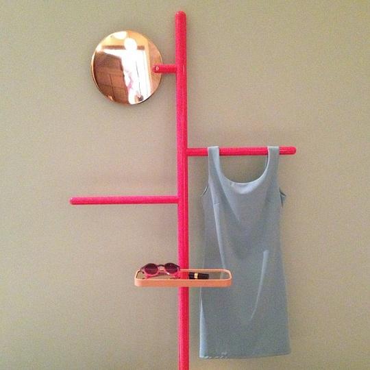 pas en rose mais s 39 inspirer du principe avec des tubes en cuivre un miroir plus grands. Black Bedroom Furniture Sets. Home Design Ideas