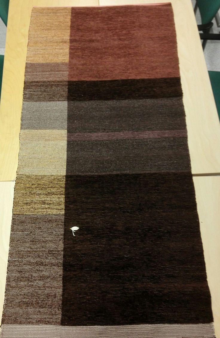 Ruskeakultainen Kangaspuilla kudottu tyynykangas nimeltä puolikas, sametti- ja sileäangoilla. Koko n.66x139cm