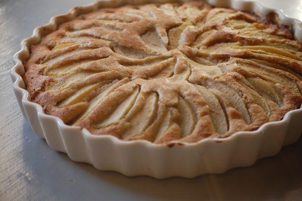 Een walnoten cake met peer. Deze echte herfstcake is verrassend genoeg helemaal niet machtig en bovendien heerlijk smeuïg door de zachte peer.