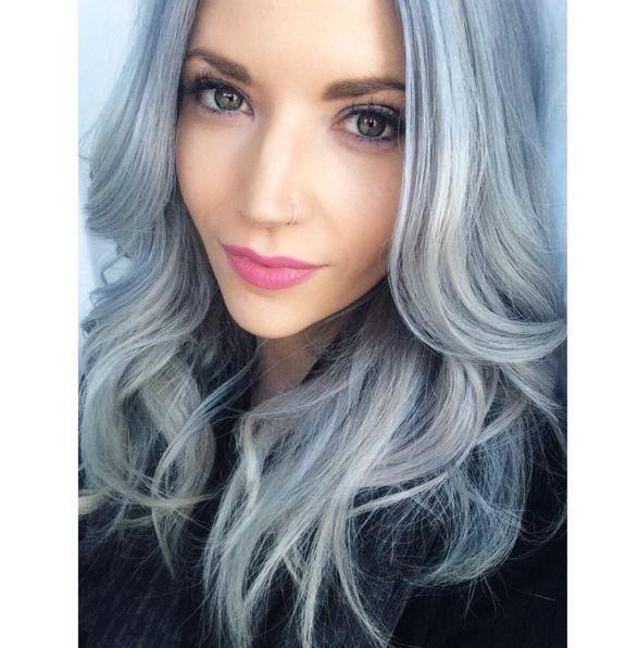 Un granny hair avec des reflets bleus, pour rester dans la tendance.