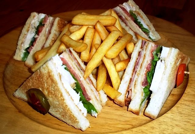 Το club sandwich είναι ένα ξεχωριστό προϊόν ιδιαίτερα αγαπητό σε όλες τις ηλικίες, αλλά κυρίως στους νέους!Παρότι είναι ένα sandwich, δεν μοιάζει με κανένα άλλο της κατηγορίας αυτής. Τρώγεται εύκολα, έτσι όπως είναι κομμένο και επειδή συνήθως περιέχει πατάτες τηγανητές είναι και αρκετά χορταστικό, τ