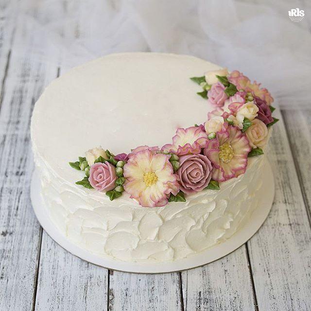 Пора снова ленту заполнять цветочными тортиками😄 Сладких снов! #flowercake #flowercakeclass  #wilton #wiltoncakes #wiltoncake #cakeclass #bakingclass #buttercream #baking #cake #flower #koreacake #florist #flowerdecoration #fondant #fondantcake #koreanstyle #cakedesign #cakeart #iris_bakery #cupcakes #cakes_ideas_videos