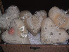 Coração de tecido (linhão,tricoline ou algodão cru) decorado com renda fina,pérolas,flores de tecido ,flores de organza, borboletas de renda,fitas de cetim e voil, strass e pérolas Para pendurar onde desejar