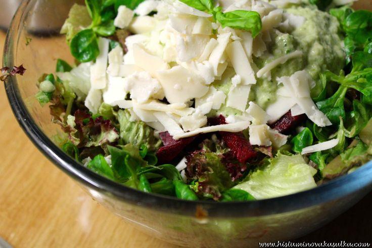 Salát s cuketovo-bazalkovou zálivkou a kozím sýrem