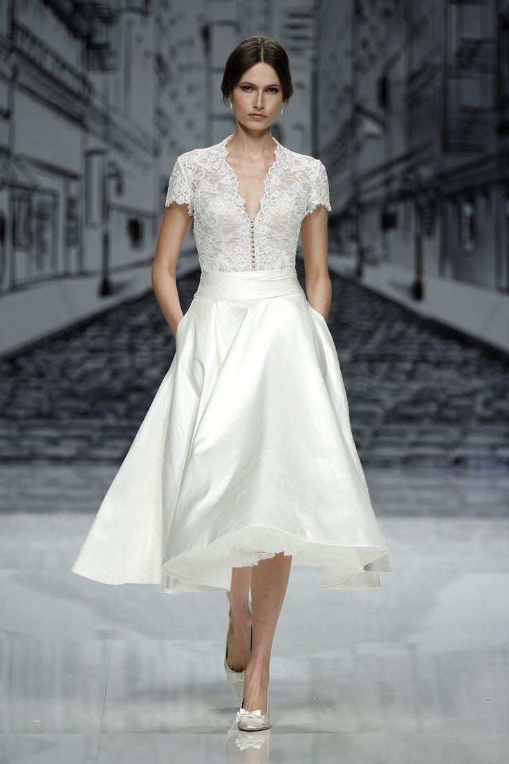 Vestido de novia con escote y falda dos piezas. Diseño de Justin Alexander.