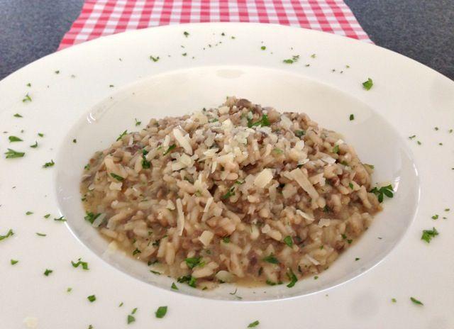 Ook de lekkerste champignon risotto maak je gewoon zelf. Bekijk dit lekkere recept voor risotto met champignons op AllesOverItaliaansEten.nl!