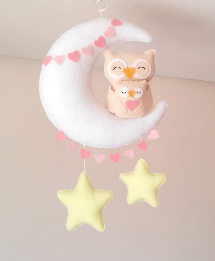 Móbile feito de feltro, costurado a mão e preenchido com fibra siliconada.    Lindo móbile composto por lua, estrelas e uma fofura de Mãe Coruja com o seu bebê (11 cm).   Sua leveza, o colorido e mobilidade traz calma e distração para o seu bebê.    Deixa qualquer ambiente alegre e divertido.    ...
