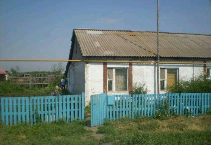 продам дом квартирного типа 70кв метров  Андреевка  продается дом квартирного типа на участке 8 соток , разделен забором ,в доме Газ,Газовое отопление,(очень тепло зимой,и на котле есть возможность греть горячую воду в большой таре),ванна в доме ,туалет на улице (пользовались дома БИО туалетом) 3 разделенные комнаты ,кладовка ,большая прихожая +пристройка в виде столовой 15кв метр,в доме большой погреб , на участке хоз постройки (курятник ,коровник ,свинарник,баня без отделки ,если все…