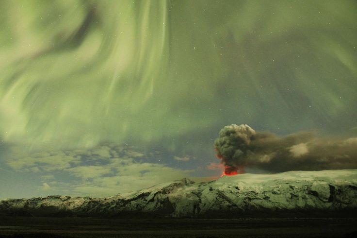 Eyjafjallajökull vulkán hamu csóva felett északi fények  Izland
