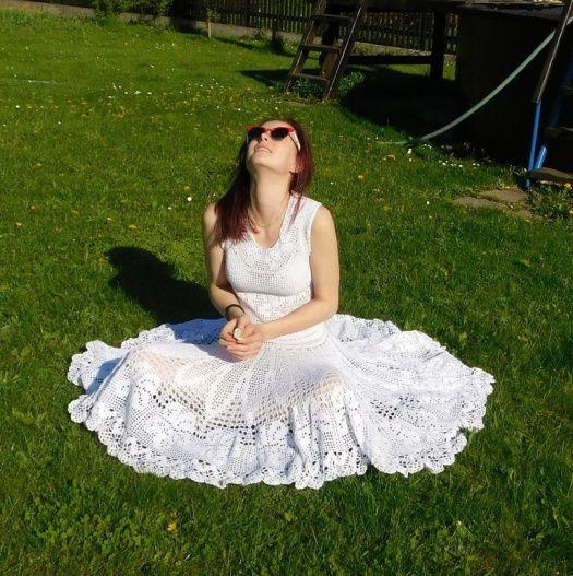 bílé šaty s kolovou sukní
