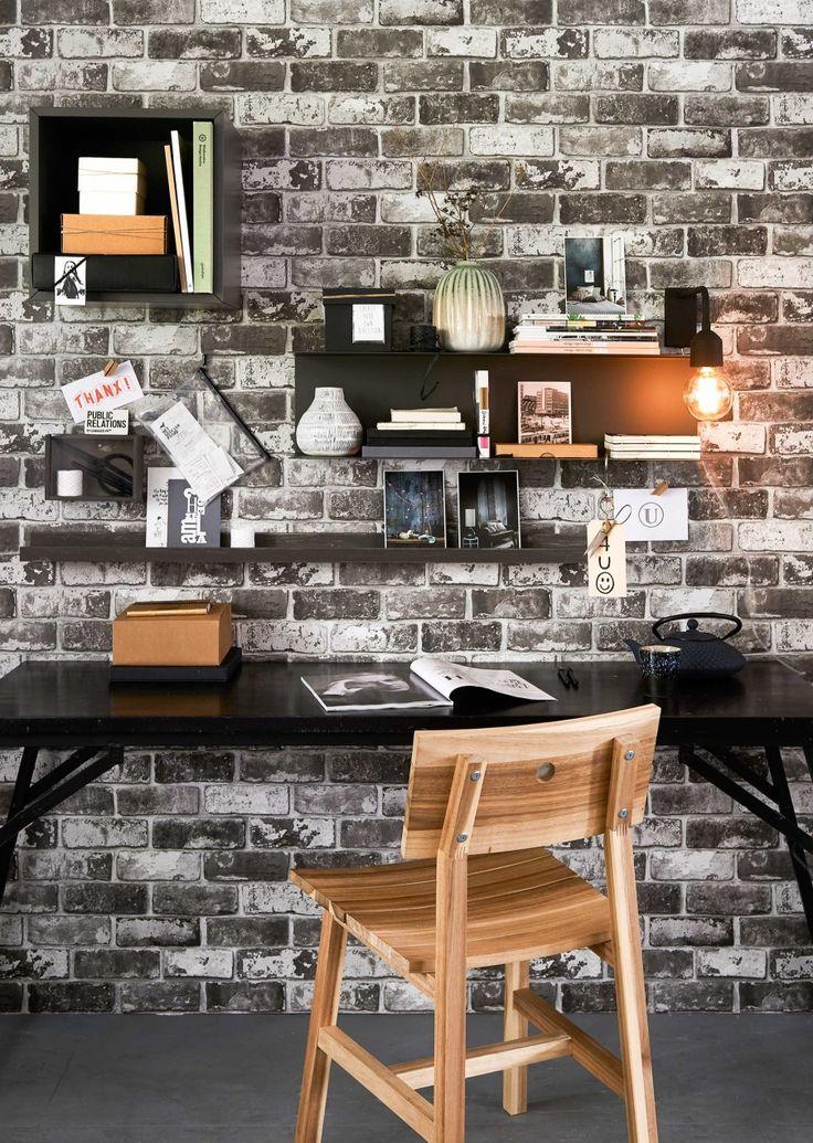 Behang Brick van vtwonen, wandlamp van Bloomingville, 13×27 cm, gietijzeren theepot van Bredemeijer (vtwonen.nl). Smalle tafel, 73x174x57 cm (hxbxd), eikenhouten fotolijstplank van vtwonen, lengte 100 cm, zwart geschilderd (Basiclabel). Stoel Skogsta, 45x49x 79 cm (bxdxh), vierkant wandkastje Valje, 35×35 cm, metalen wandplank Botkyrka, 80×20 cm, vitrinekastje (geschilderd in kleur Mud Grey van vtwonen)(Ikea). In vierkante kistje: zwarte opbergdoos, kartonnen doos, onder kistje aan de wand…