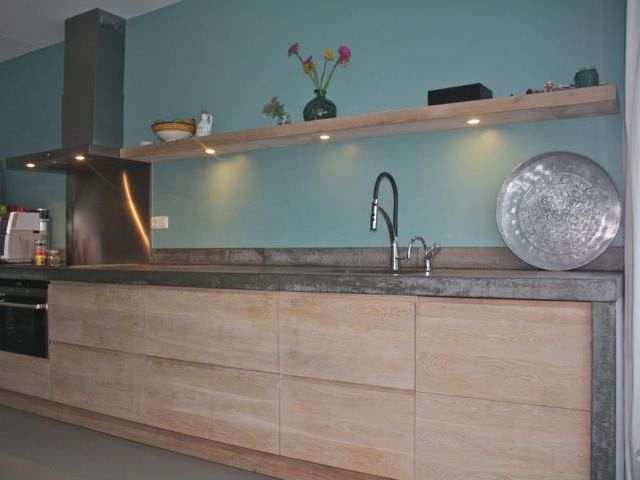 Whitewash Koak keuken Ikea kasten met eiken houten fronten en robuust betonnen…