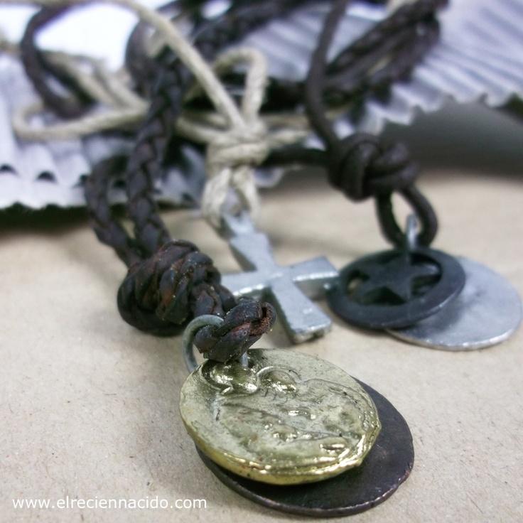Cordón cuero con cruces y medallas. Personalizadas con el nombre grabado a mano.
