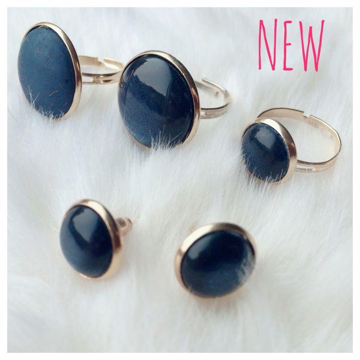 NEW | gouden verstelbare ringen met shiny of mat donkerblauwe steen & gouden oorknopjes met donkerblauwe steen | ringen met 20mm steen zijn € 8,50 per stuk, ring met 12mm steen is € 5,50 per stuk & oorknopjes zijn € 4,50 per stuk #marblesmusthaves #handmade #sieraden #ringen #oorbellen #oorknopjes #goud #donkerblauw #marineblauw #newcollectie #nieuw #loveit