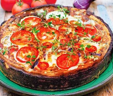 Här är en härlig och krämig lök- och tomatpaj med mycket goda smaker. Du gör ett klassiskt pajskal som du fyller med gul och röd lök, cheddarost och tomat. Sedan fyller du på med en äggstanning och gräddar i ugnen. Gott till lunch eller middag!