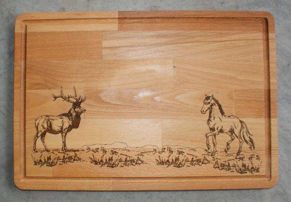 Planche à découper en bois, cher et une gravure de cheval, Collection de la faune