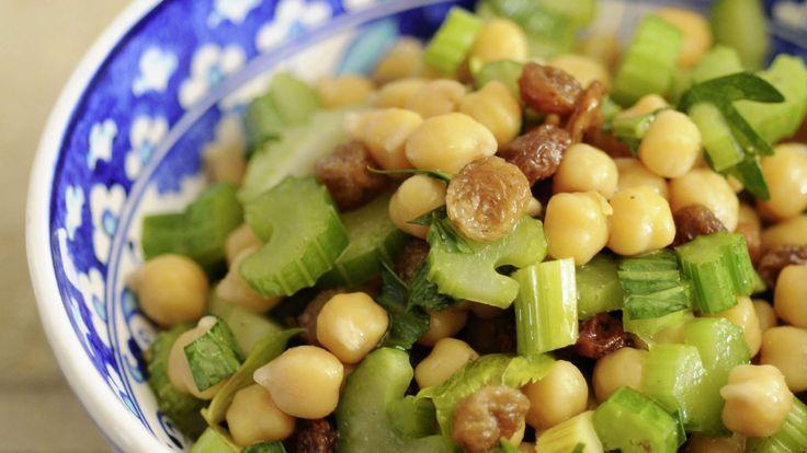 Mit Kirchererbsen aus der Dose kann man schnell einen reichhaltigen Salat zubereiten. Zum Beispiel mit Stangensellerie und Weinbeeren.