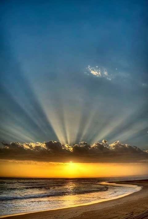 En la foto se captura la puesta del sol,  con la tranquilidad de las olas del mar y el cielo luminoso, se capta el momento exacto, en donde la noche se acerca.