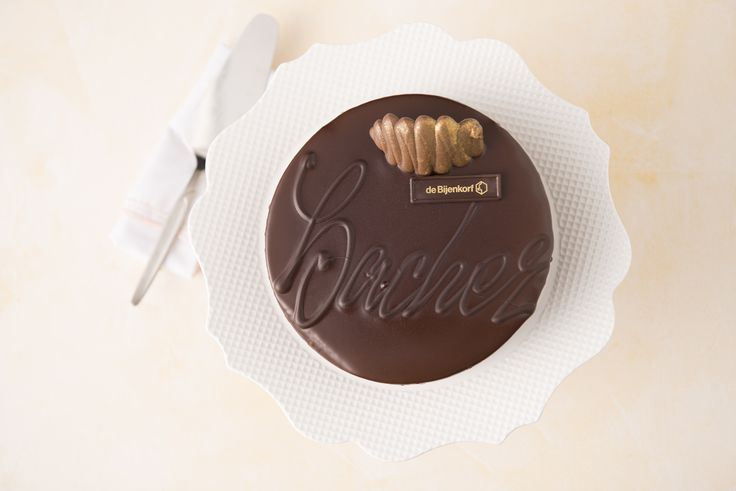 Lekkere Sacher taart van de Bijenkorf. Chocolade biscuit met rum, gevuld met Lübecker marsepein-creme en een confiture van frambozen en rode bessen.