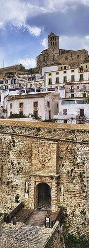 Dalt Vila, la muralla de la ciudad de #Ibiza http://www.hotelesenibiza.net/destino/hoteles-en-ibiza/